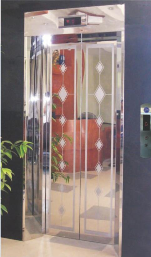Khung bảng rộng có hộp đèn : inox gương. Cánh cửa : inox hoa văn hình thoi