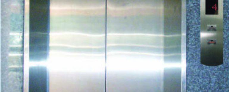 Khung bản rộng : inox sọc nhuyễn. Cánh cửa : inox sọc nhuyễn có logo