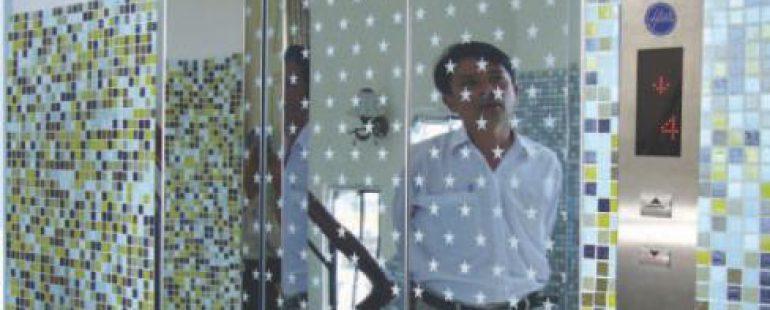 Khung bản rộng : inox gương. Cánh cửa : inox gương hoa văn (HS-CW003)