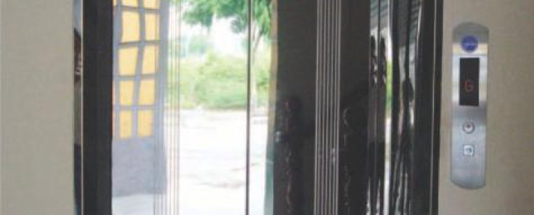 Khung bản hẹp : inox sọc nhuyễn. Cánh cửa : inox sọc nhuyễn